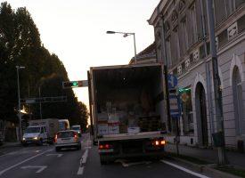 BEZOBRAZNO PARKIRANJE Ostavio kamion točno na semaforu