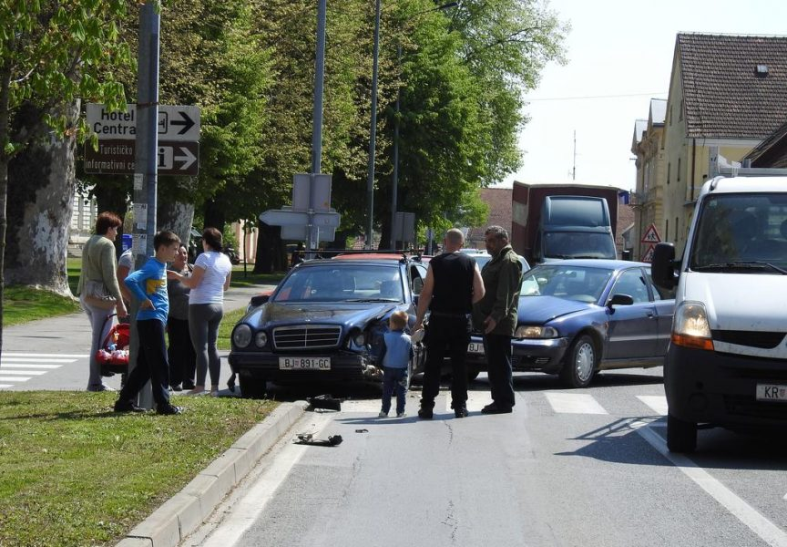 PROMETNA NESREĆA U centru grada sudarila se dva vozila