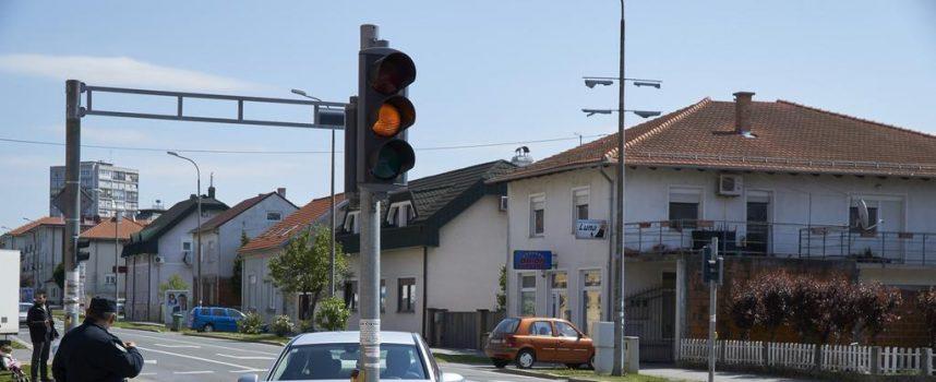 "NESVAKIDAŠNJA NESREĆA Vremešna gospođa električnim mopedom ""nasrnula"" na Mercedes"