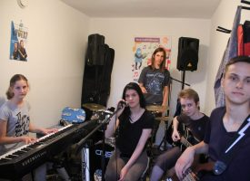 ROCK 'N' ROLL  Na scenu izlazi srednjoškolski rock band Paradoks