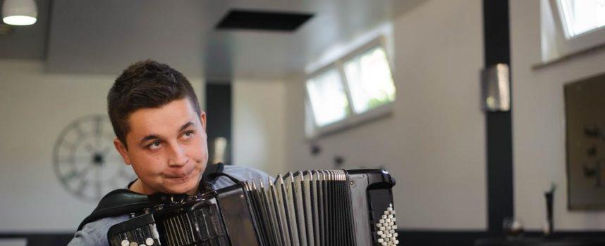 MLADI VIRTUOZ Tomislav Babić odlučio u Srbiji studirati harmoniku