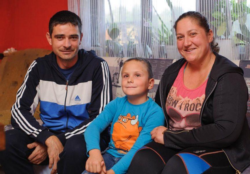 MALENI JUNAK Za Josipovo skupo liječenje roditelji skupljaju novac berući gljive