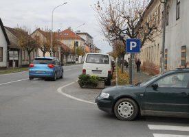 PROBLEMATIČNE PROMETNE TOČKE U CENTRU Skretanje iz Trumbićeve u Maticu hrvatsku i dalje je riskantno zbog parkiranih auta