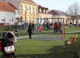ZIMSKO PROLJEĆE U GRADU Neobično topao dan izmamio najmlađe, ali starije u šetnju