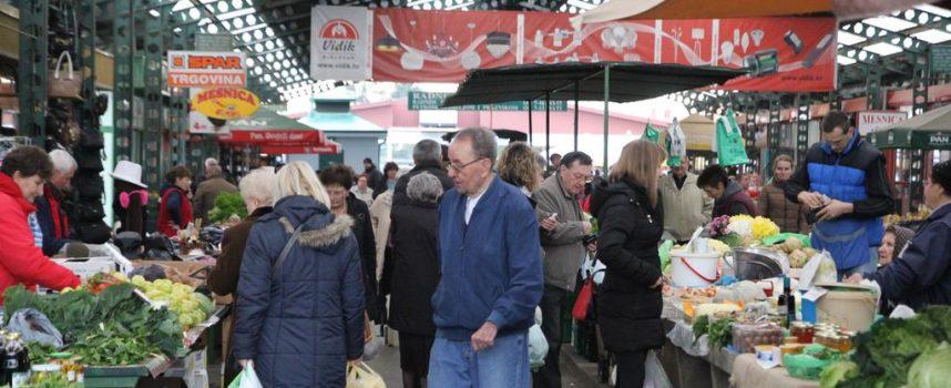 NA TRŽNICI JE UVIJEK ŽIVO Duh adventa se već osjeti na Gradskoj tržnici