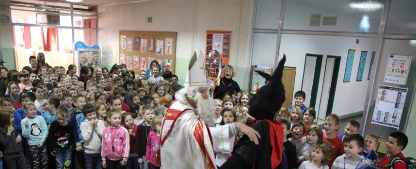 SVETI NIKOLA POSJETIO III. OSNOVNU ŠKOLU Sveti Nikola oduševio djecu, zbog Krampusa nastala histerija