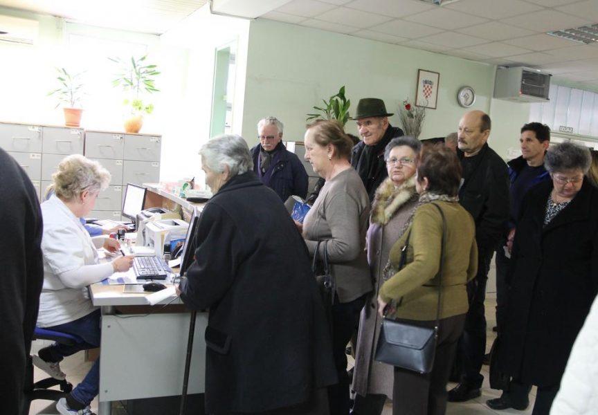 NEVJEROJATNE GUŽVE U ČEKAONICAMA BOLNICE Pacijenti preusmjereni u ordinacije raspoloživih liječnika