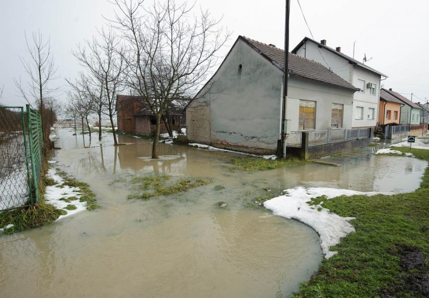 JEZERO OKO KUĆE Na Križevačkoj cesti se borili s vodenom bujicom. Za vikend strah od novih poplava