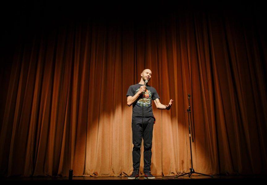 PETAK JE DAN ZA SMIJEH U Bjelovar dolazi vrhunski stand up komičar