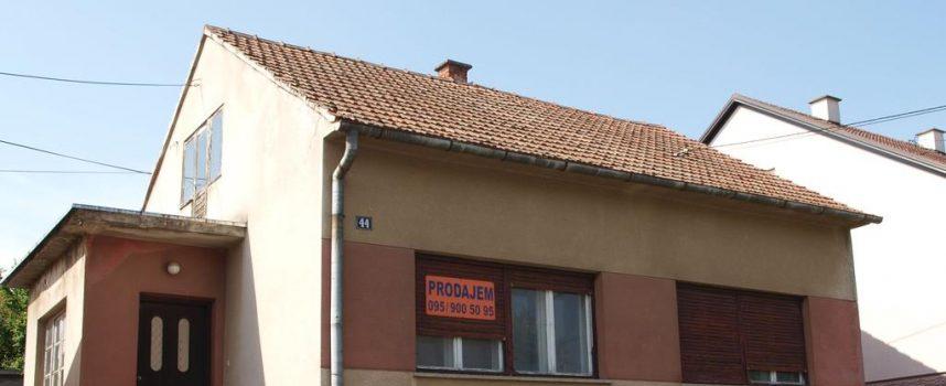 RASPRODAJA KUĆA Prodaje se sve više obiteljskih kuća. Gotovo svaka ulica ima barem jednu kuću koja čeka novog vlasnika