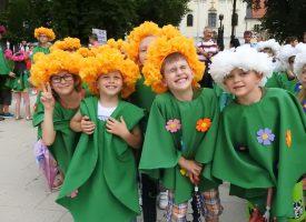 CVJETNI KORZO Cvjetno odjeveni mališani promarširali centrom grada