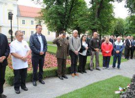 DAN DRŽAVNOSTI Članovi Udruge hrvatskih dragovoljaca Domovinskog rata položili vijence kod spomenika u središnjem parku