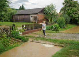 PROBLEM Kad god padne obilnija kiša, dvorišta mještana su pod vodom