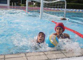 VIDEO – ZA KRAJ SEZONE BROJNI SPORTSKI SUSRETI Na Gradskom bazenu natjecanje u plivanju i vaterpolu uz brojne gledatelje