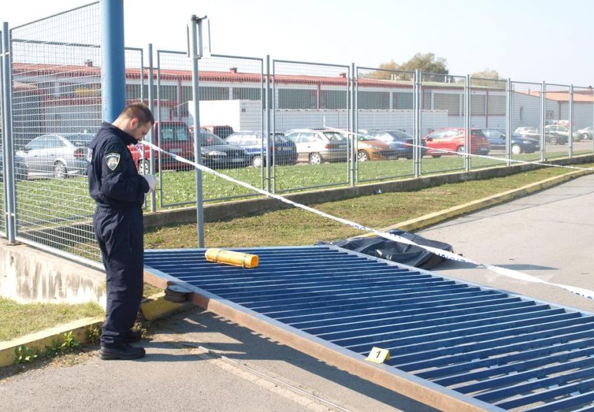 POLICIJA POTVRDILA Zaštitara usmrtila kolna klizna vrata