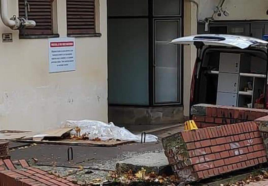 NEVJEROJATNO Mrtav pijan vozio se nogostupom pa zaletio u zid Omladinskog doma
