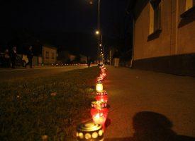 FOTO – BJELOVAR ZA VUKOVAR Lampaši i svijeće duž Vukovarske ulice i gradskog korza