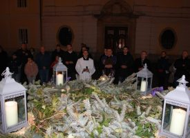 ČETVRTA ADVENTSKA SVIJEĆA Duhovno i svečano ispred bjelovarske katedrale