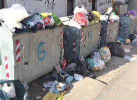 RAT ZA KONTEJNERE SE NASTAVLJA Onesposobljeni lokoti na spremnicima za smeće