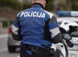NAPAD NA POLICAJCA Umirovljenik pokušao pregaziti policajca, ovaj izvadio pištolj i usmjerio ga prema vozaču