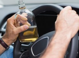 LUDOST NA CESTI Pijani starac zaletio se u policijski automobil