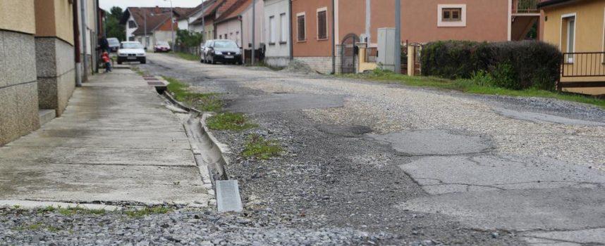 FOTO – ULICA DON FRANE BULIĆA  Prašina, blato, kamenje i rupe na svakih pet metara