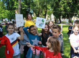 FOTO – UBERI PRIČU Prvašići ubrali knjige s krošanja bjelovarskog parka