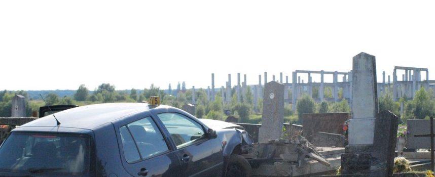 Golfom se zabio u ogradu groblja u G. Plavnicama