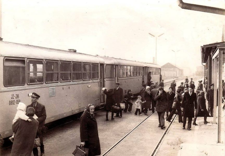 BJELOVAR NEKAD Đaci-putnici s tračnica nekadašnje pruge Garešnica-Bjelovar