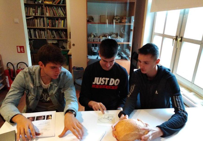 TERENSKA NASTAVA Bjelovarski gimnazijalci upoznali svijet krapinskih neandertalaca