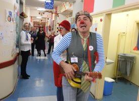 RAZVESELILI DJECU Crveni nosovi posjetili Dječji odjel bjelovarske bolnice