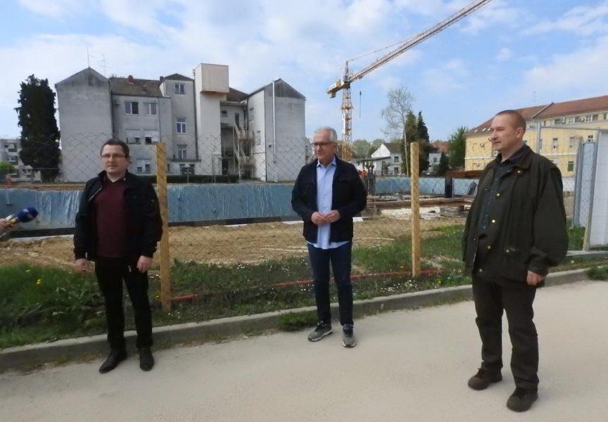 NOVA BOLNICA – SDP-ovci obišli najveće gradilište u županiji i poručili da takve investicije pokreću gospodarstvo