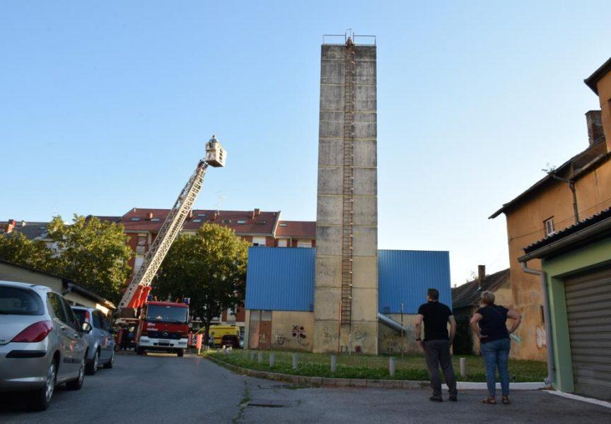 Muškarac prijetio da će skočiti s 30-ak metara visokog dimnjaka