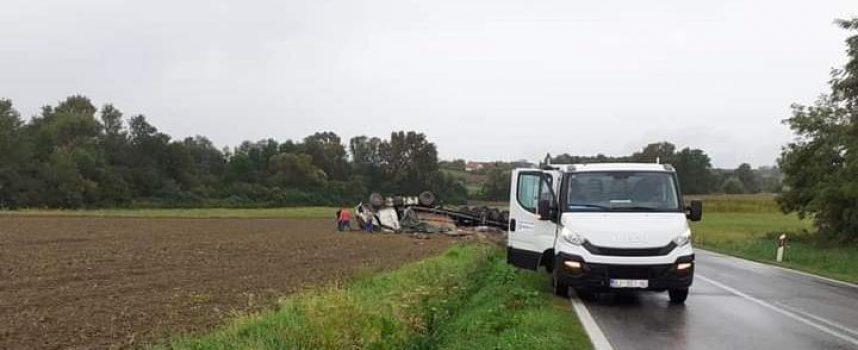 Kamion završio na krovu. Vozač poginuo.