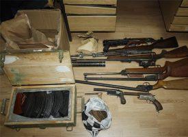 Policija pretresom kuća pronašla veliki arsenal oružja