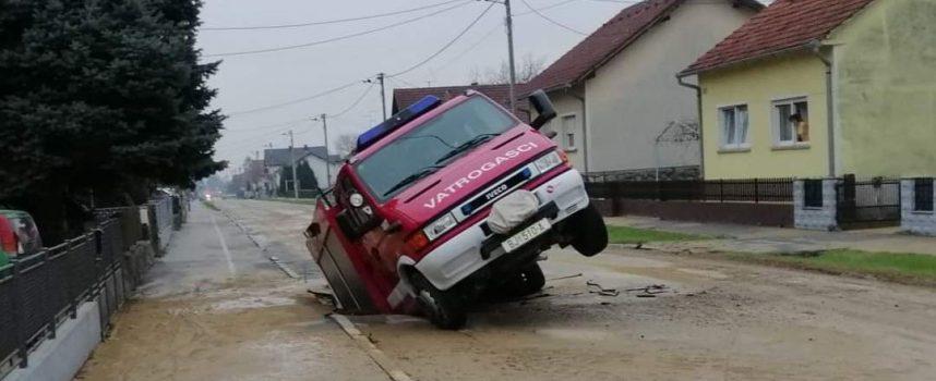 Vatrogasno vozilo jurilo na intervenciju pa upalo u rupu koja se otvorila na cesti.